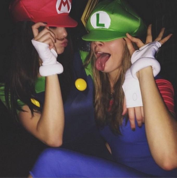 10 CELEBRITY HALLOWEEN COSTUME IDEAS  10 CELEBRITY HALLOWEEN COSTUME IDEAS Cara Delevingne et Kendall Jenner le 1er novembre 2014 exact1024x768 p